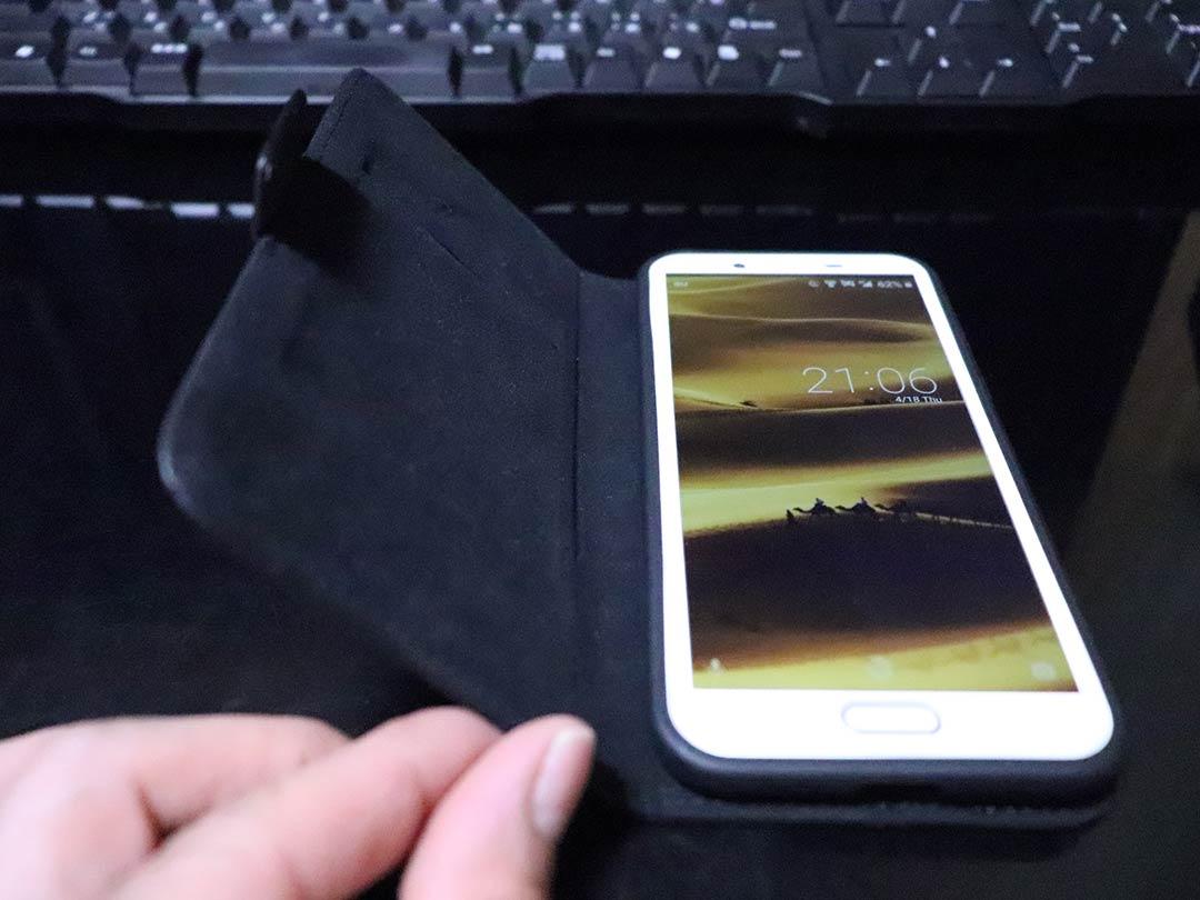 カバーを開くと起動してロック画面になる手帳型スマホケース