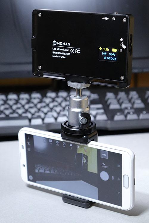 スマホホルダーでビデオライト MOMAN 96LEDと接続したAQUOS sense2