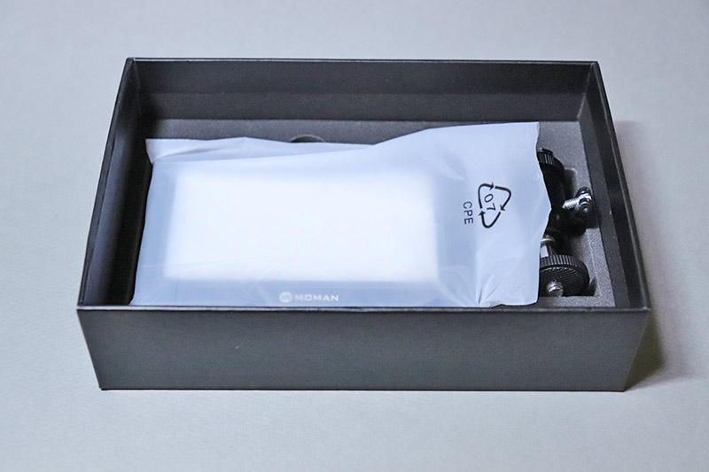 箱に入った小型ビデオライト MOMAN 96LED(MFL-03)