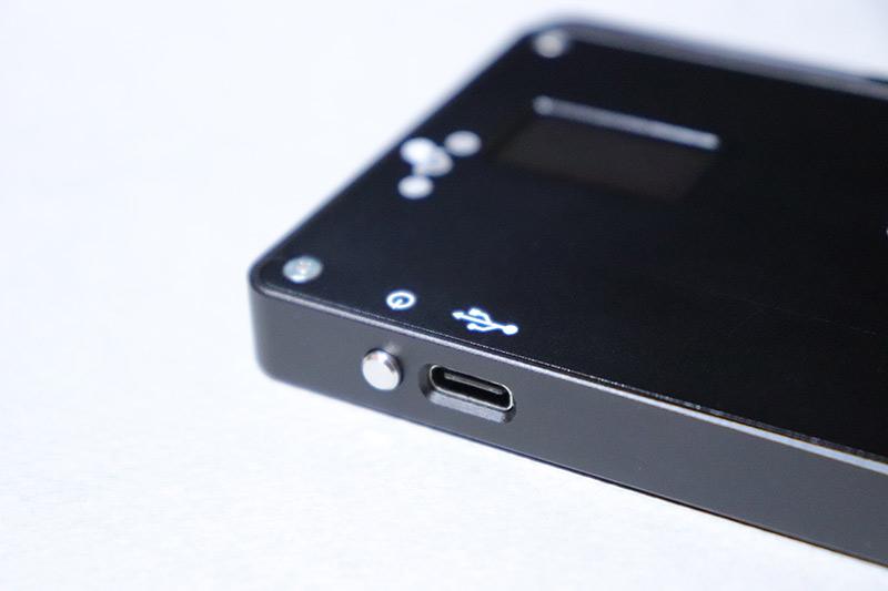 USB Type-Cケーブルで充電可能な小型ビデオライト MOMAN 96LED