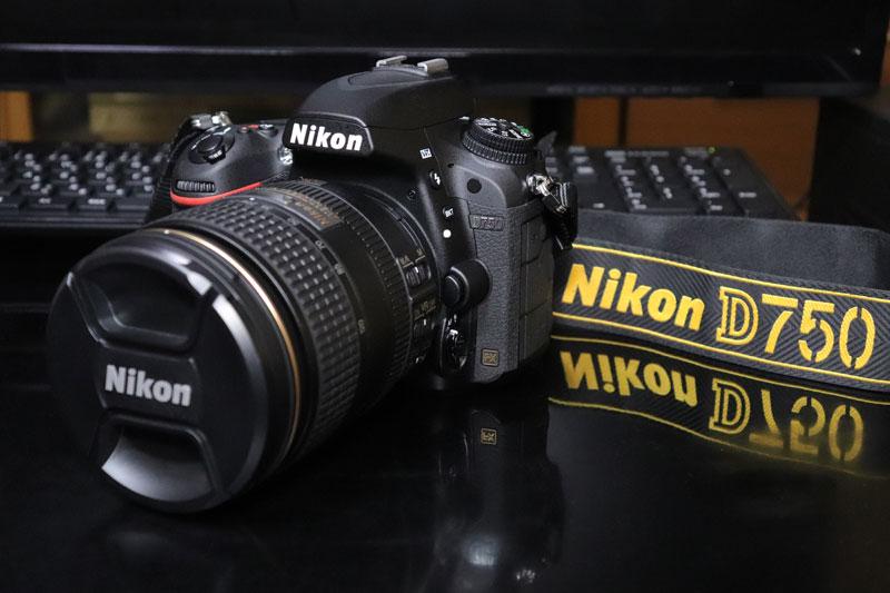 専用ストラップを付けたNikon D750 24-120mmレンズキット