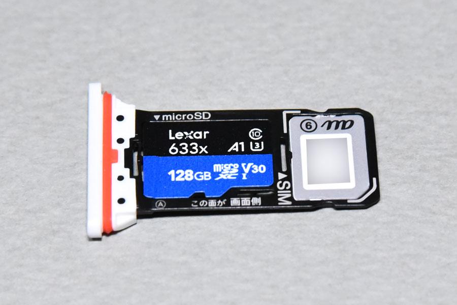 スマホのSIMカードトレイにレキサーのマイクロSDXCカードをセット