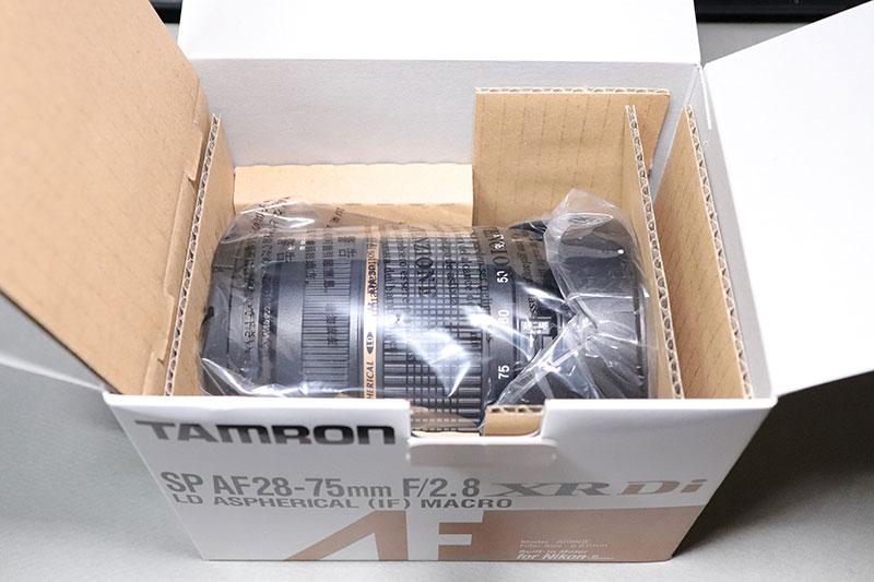 箱に入ったタムロン 28-75 F2.8 ズームレンズ