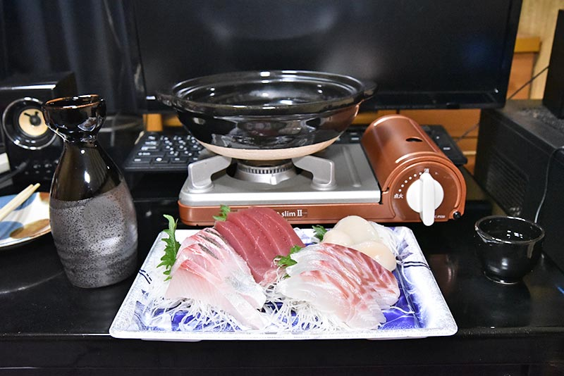 タムロン 28-75 F2.8 ズームレンズの作例 土鍋と刺し盛りの写真