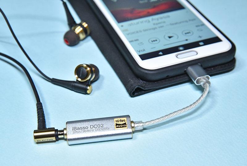 イヤホンを接続したUSB DAC iBasso dc02