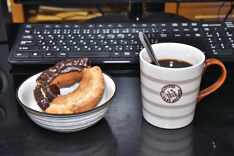 試聴に必要なアイスコーヒーとドーナツ