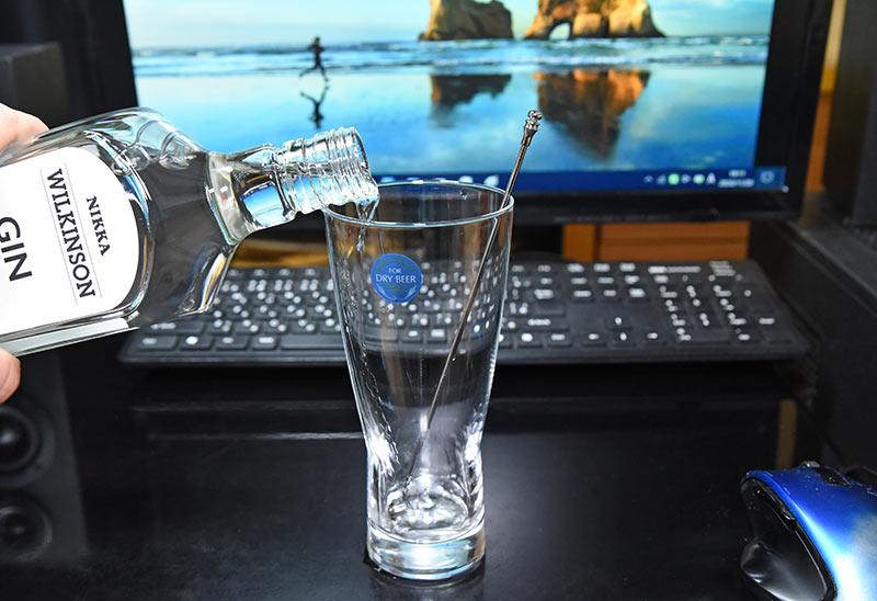 グラスにジンを注ぎます