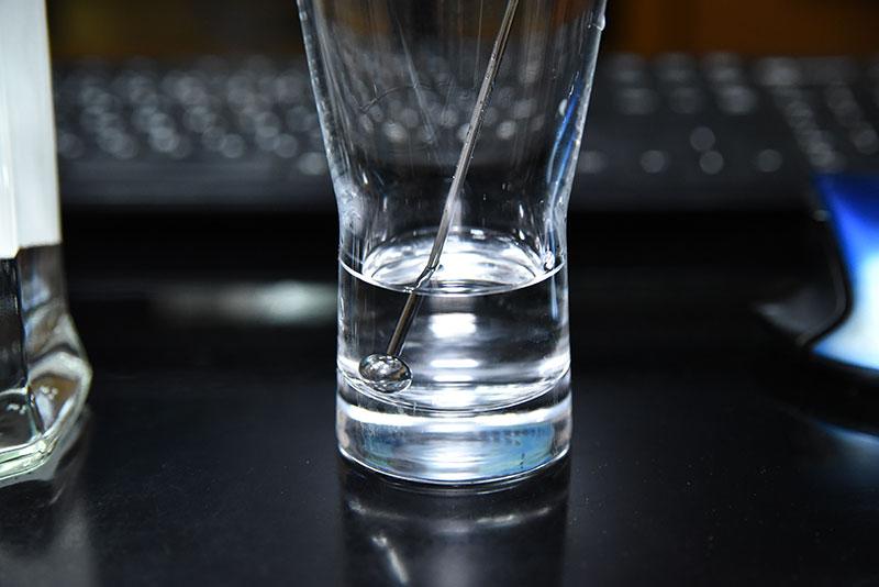 グラスに2cmほど注がれたジン