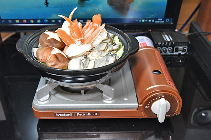 ズワイガニとカキの海鮮鍋