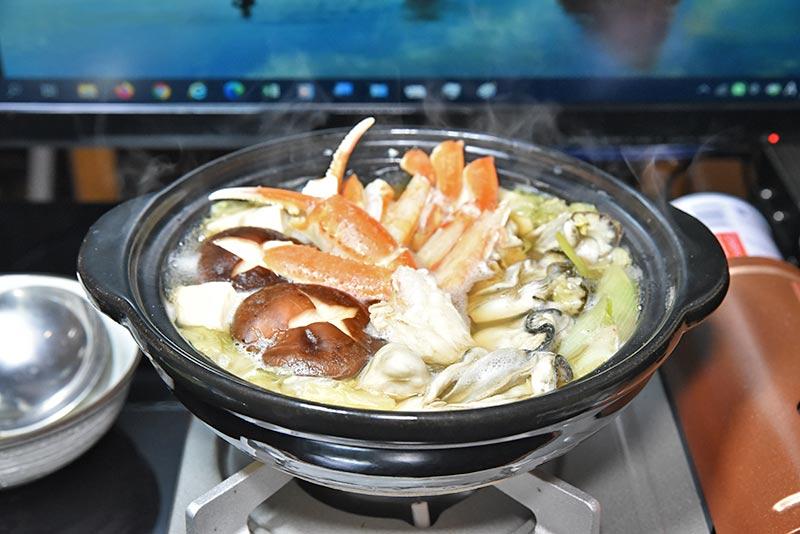 出来上がったズワイガニとカキの海鮮鍋