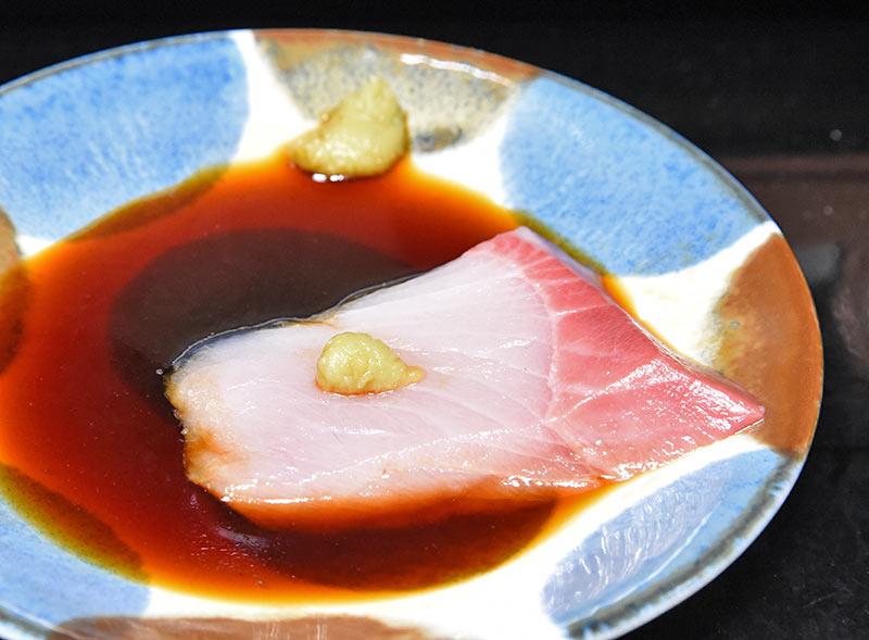ワサビ醬油とブリの刺身