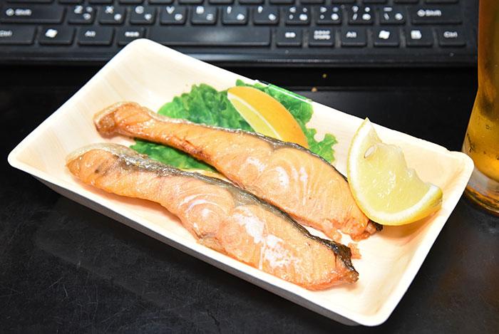 焼き鮭とレモン