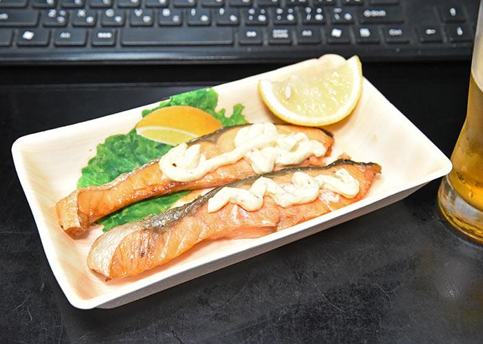 焼き鮭にレモンとタルタルソース
